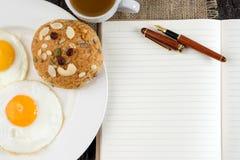 завтрак с взгляд сверху бумаги и ручки белой книги Стоковые Изображения
