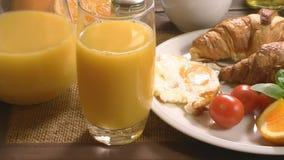 Завтрак с круасантом и соком сток-видео
