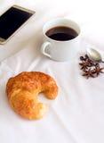 Завтрак с круассанами, и черный кофе Стоковое Изображение