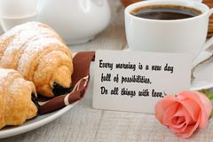 Завтрак с мотивационной цитатой Стоковое Фото