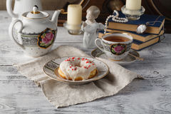 Завтрак с донутом и чашкой чаю Старые книги на таблице Стоковая Фотография RF