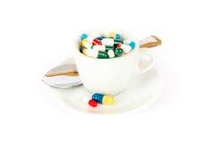 Завтрак с различными пилюльками стоковые изображения