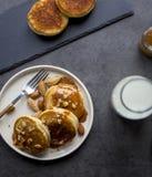 Завтрак с blini с карамелькой на черной предпосылке стоковое изображение