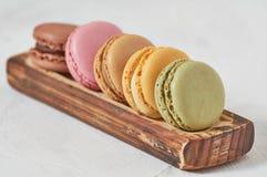 Завтрак тутора macarons деревянного стоковое изображение rf