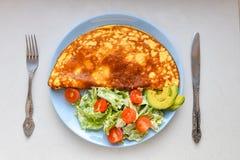 Завтрак утра, взбитые яйца с салатом овоща, взглядом сверху, местом для записи стоковое изображение