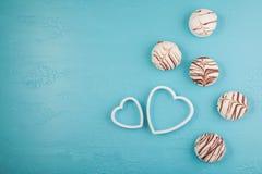 Завтрак утра на день валентинок конфеты шоколада, 2 декоративных сердца на голубой предпосылке Взгляд сверху, плоское положение М Стоковая Фотография