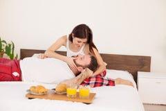 Завтрак утра супруга и жены в кровати в спальне любовь семьи стоковое изображение rf