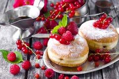 Завтрак утра с мини donuts и ягодами Стоковое Изображение RF