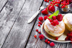Завтрак утра с мини donuts и ягодами Стоковые Фото
