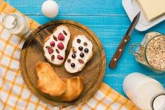 Завтрак французской здравицы с свежими ягодами Стоковые Фото