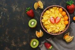 Завтрак, хлопья, клубники, киви и физалис ягод еда принципиальной схемы здоровая Взгляд сверху, космос для текста стоковое фото rf