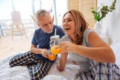 Завтрак чувства жены жизнерадостный и счастливый наслаждаясь с ее человеком стоковое изображение rf