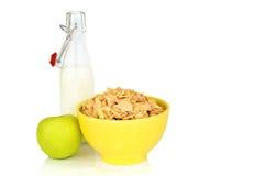 Завтрак энергии для хлопьев хлопьев диеты молока мозоли и зеленого яблока изолированных на белой предпосылке Стоковая Фотография