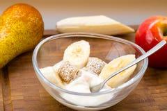 Завтрак - югурт с плодоовощ и хлопьями стоковое фото rf