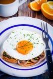 Завтрак: яичница с грибами и pesto на здравице Стоковое Фото