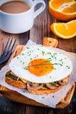 Завтрак: яичница с грибами и pesto на здравице Стоковое Изображение