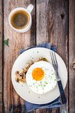 Завтрак: яичница с грибами на здравице Стоковые Фото
