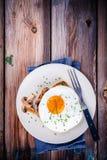 Завтрак: яичница с грибами на здравице Стоковое фото RF