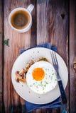 Завтрак: яичница с грибами на здравице Стоковое Изображение