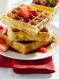 Завтрак - waffles с сиропом и клубниками Стоковые Фотографии RF