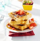 Завтрак - waffles с сиропом и клубниками Стоковые Фото