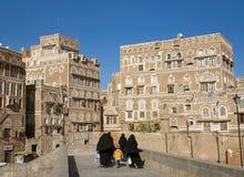 Завуалированные женщины идя в городок sanaa старый в Йемене Стоковые Фотографии RF