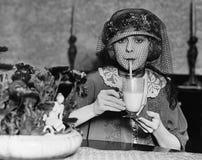 Завуалированный напиток женщины выпивая (все показанные люди более длинные живущие и никакое имущество не существует Гарантии пос стоковые изображения rf