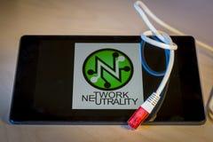 завязанный сетчатый кабель над smartphone Стоковые Изображения
