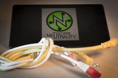 завязанный сетчатый кабель над smartphone Стоковые Фото