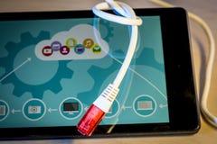 завязанный сетчатый кабель над smartphone Стоковое Изображение