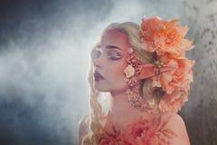 Загадочная девушка эльфа в помохе Творческий розовый состав Elvish уши Стоковая Фотография