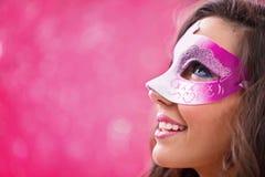 Загадочная женщина masquerading стоковые фото
