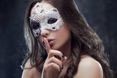 Загадочное и красивое брюнет с венецианской маской Стоковые Изображения