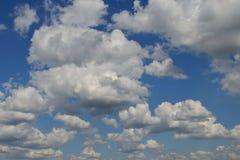 Загадочные облака кумулюса/большая находка для дизайнеров, блоггеров, etc стоковые фото