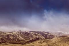 Загадочный взгляд холмов и каньонов в красочном тоне стоковые изображения