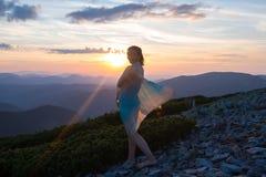 Загадочный путешественник женщины, в развевая шарфе стоковые фотографии rf