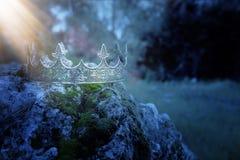 _загадочн и волшебн фото серебрян корол крон над камн покрывать с мх в Англи древесин или пол ландшафт с стоковые изображения rf
