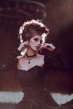 Загадочная женщина в черном платье стоковые изображения rf