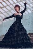 Загадочная женщина в черном платье стоковые фотографии rf