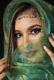 Загадочная индийская женщина в зеленом цвете Стоковые Изображения RF
