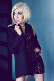 Загадочная молодая женщина в куртке и шарфе шнурка Стоковая Фотография