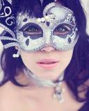 Загадочная молодая женщина в маске масленицы Стоковая Фотография