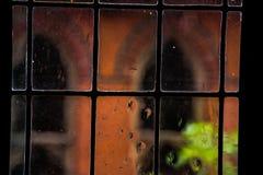 Загадочное окно с падениями дождя Стоковые Изображения RF