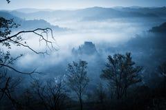 Загадочное туманное утро над деревней Biertan, Трансильвания, Румыния Стоковая Фотография