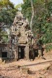 Загадочное gopura на предпосылке древесин, Камбодже Стоковые Изображения