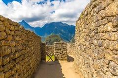 Загадочный город - Machu Picchu, Перу, Южная Америка. Incan руины и терраса. Пример полигонального masonry Стоковое Изображение