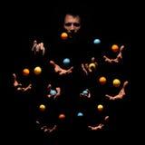 Загадочный жонглируя человек в темноте Концепция 10 рук Стоковые Изображения RF