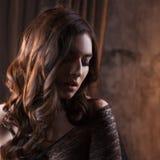 Загадочный портрет красивой женщины в черной вуали шнурка Стоковые Фото