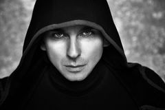 Загадочный человек в черном Hoodie Сексуальная фантазия Гай Стоковая Фотография