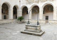 Загерметизированная водяная скважина в разбивочном дворе, ` Алессандрии Базилики di Санты Caterina d, Galatina, Италии Стоковые Изображения